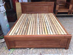 Giường gỗ xoay đào 1.8m x 2m giá rẻ tại nội thất Ami, với thiết kế tinh tế, Sản phẩm với màu nâu cánh dán (màu đỏ đun) tạo nên sự ấm cúng cho phòng ngủ của bạn.Hóa Đơn: Giá tại kho chưa có VATHỗ trợ giá vận chuyển đường dài và ngoại tỉnh.Bảo Hành: 6 thángGiá chưa bao gồm VAT, vui lòng + 10% nếu có nhu cầu