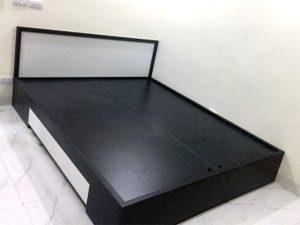 1m6x2m=3.500.000đ Giường hộp gỗ công nghiệp chống xước được thiết kế theo kiểu giường bệt, hiện đại với bộ khung chắc chắn, rát phản tiện lợi, sử dụng được trong cả mùa đông lẫn mùa hè.