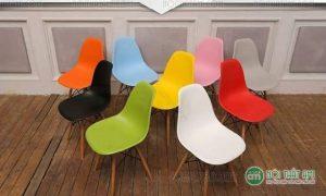Ghế Eames chân gỗ đan J-1 là dòng ghế cafe nhập khẩu cao cấp được sử dụng rộng rãi và phổ biến nhất hiện nay trong các nhà hàng, quán cafe, phòng chờ, ghế bàn học, ghế ăn căn hộ. Đây là sản phẩm vô cùng thông dụng trong đời sống thường nhật. Cùng tìm hiểu về sản phẩm này nha!